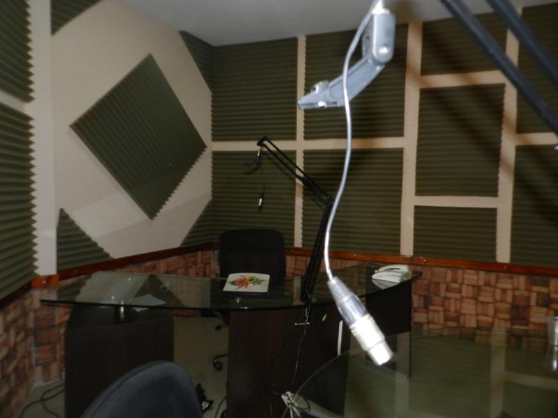 Hasta los micr_fonos nuevecitos, computadora, transmisor y matriz musical se llevaron los funcionarios de Conatel.jpg