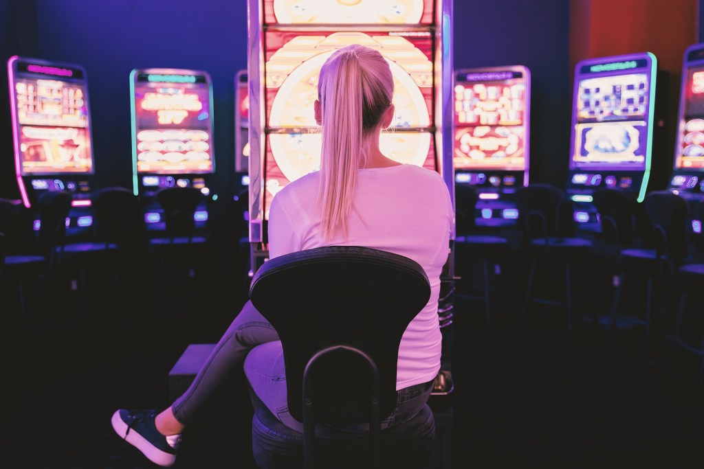 Los casinos en linea tienen las cartas sobre la mesa.