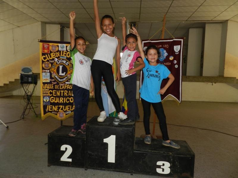 Las niñas tambien animaron la competencia y recreacion.jpg