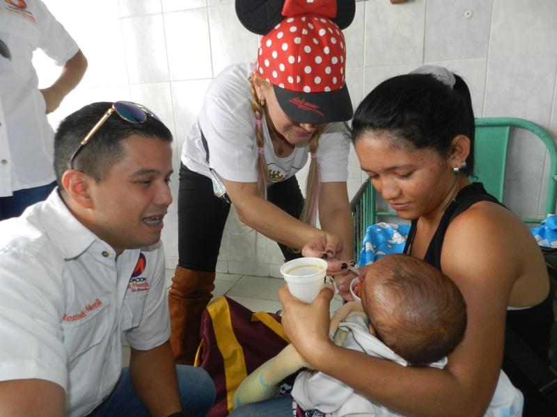 Rom_n Montilla y Cheyla Garc_a compartieron con ni_os pacientes y familiares en el HRZA.