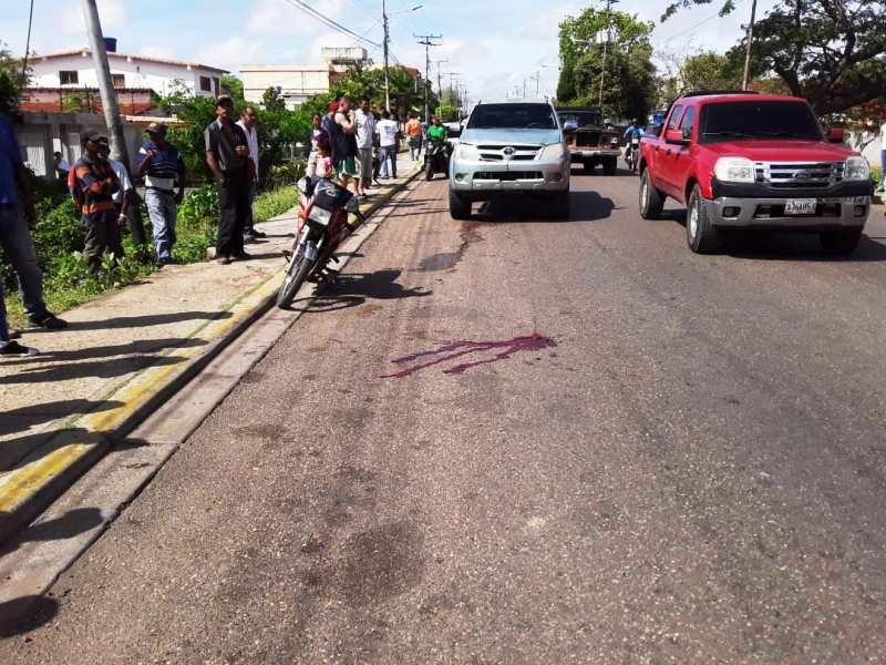 Se puede apreciar el lugar del accidente. La camioneta impacto a la motocicleta llevando a que el conductor y el coopiloto cayeran al suelo.