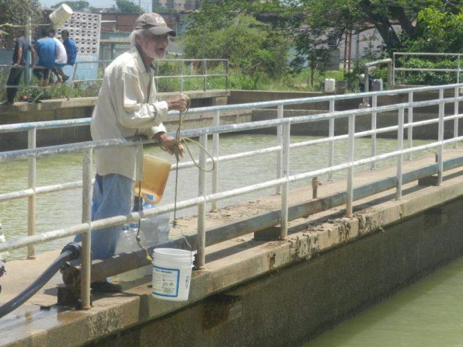 Cualquier envase es bueno cuando se trata de pescar agua en Valle de la Pascua