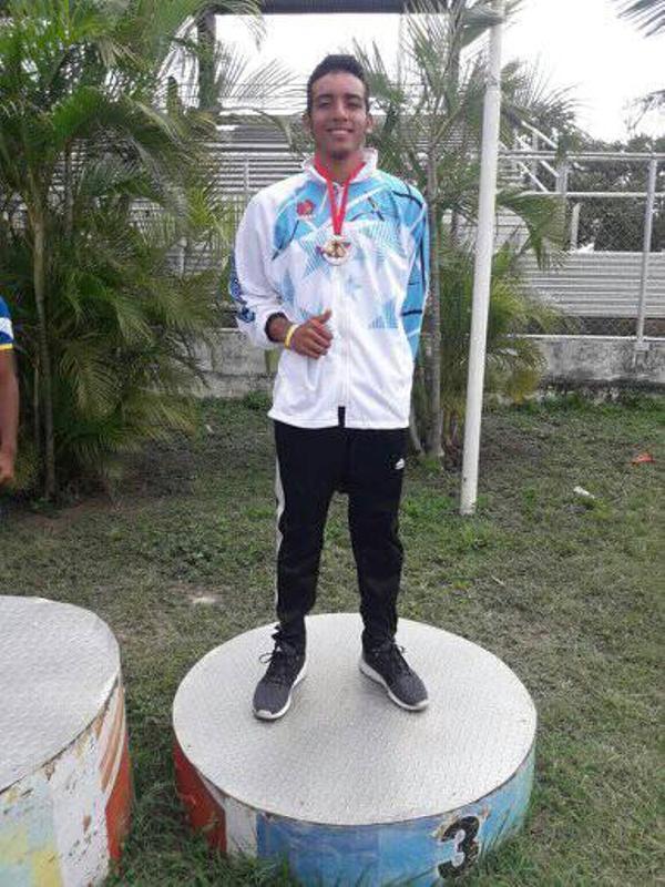 José Bravo medalla de bronce en salto triple con marca de 13.38 mts.