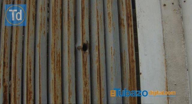 La fachada de la vivienda quedó con varios orificios por donde pasaron las balas percutadas. Foto: El Tubazo Digital.