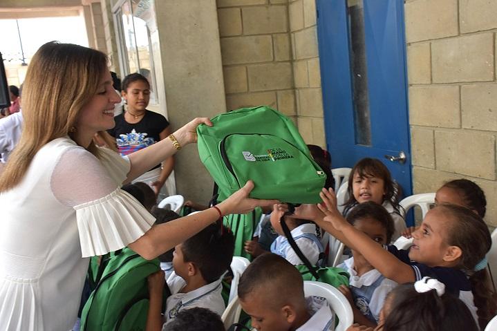 Primera dama del Distrito recibió con kits escolares a niños en primer día de clases