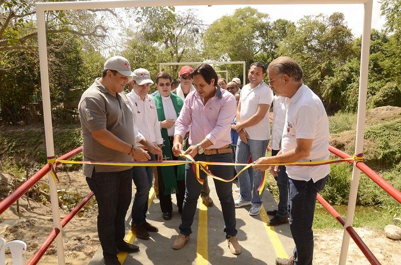 Gobernador Verano entregó puente peatonal  a la comunidad de Baranoa