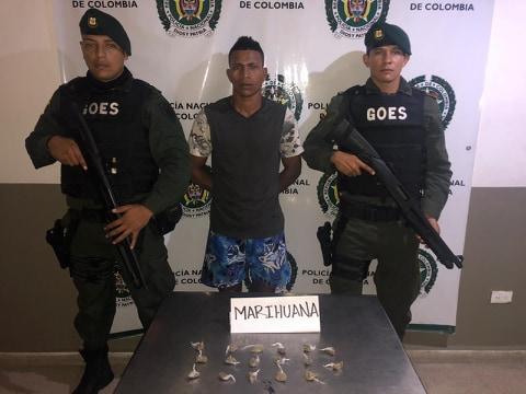 Autoridades capturan a una persona portando 17 dosis de marihuana