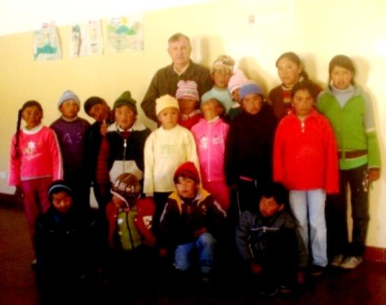 Diputado Perassi con niños de la escuela de Miyuyoc