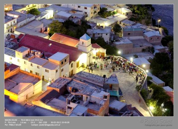 Vista nocturna de la plaza frente a la Parroquia. (Foto: Pablo Soler)