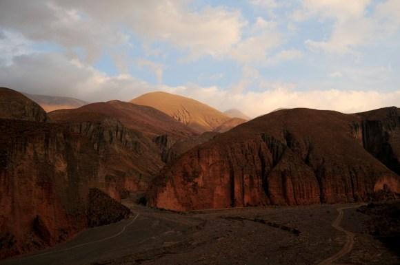 Saliendo de Iruya, al atardecer. Los picos más lejanos aun son bañados por la tibia luz del sol mortecino... (Foto: Andrea Semplici)