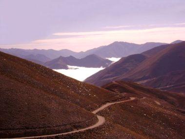 Camino Iruya. El pueblo está lejos, debajo de la capa de nubes. (Foto: Roberto Antonio Stanchich)
