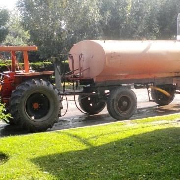 El tractor de la comuna, con el tanque