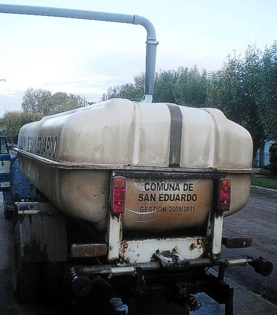 Otra vista del camión de la comuna, cargando agua
