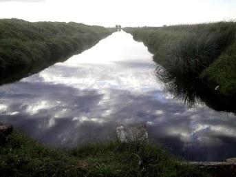 El canal refleja el cielo de la tarde
