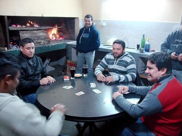 Mientras marcha el asado, un truquito. Omar, Nelson, Daniel (parado), Cristian y Mauricio