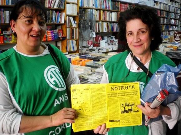 Mónica y Cristina, haciendo un paro en la marcha, con NOTIRUYA