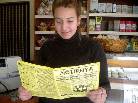 Lucía, leyendo NOTIRUYA en Panadería La Antigua, de General Villegas