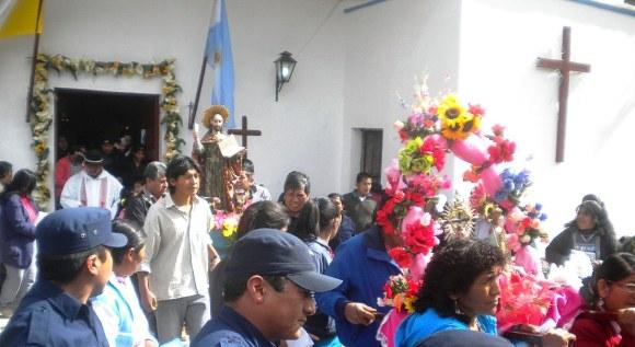 La procesión saliendo de la parroquia, en el año 2013