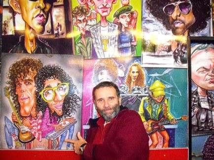 Editor junto a uno de los murales