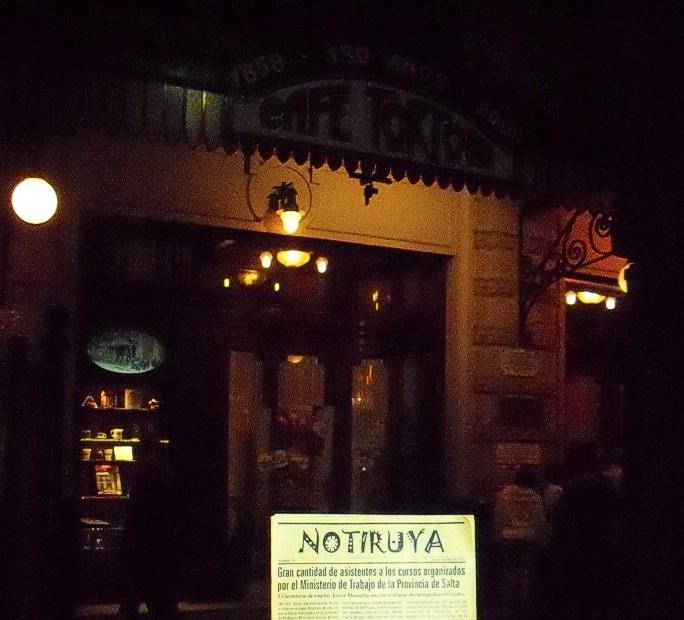 NOTIRUYA frente al café Tortoni, un clásico en Avenida de Mayo (Buenos Aires)