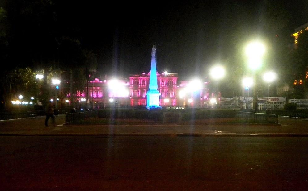Vista nocturna de la Casa Rosada, más de cerca, con su bella iluminación