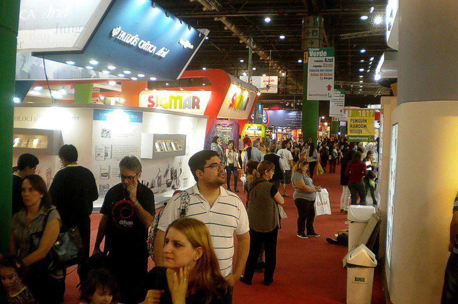 Uno de los pasillos en la concurridísima Feria del Libro