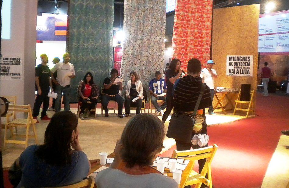 Otra disertante en el stand de Sào Paulo (Brasil). Feria del Libro