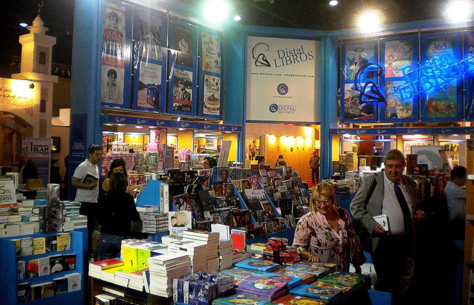 La gente, en el stand de Distal Libros. Feria del Libro