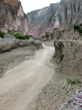 Vista hacia donde corre el río. Toneladas y toneladas de barro caerán por un salto (cascada) de unos 13 metros y luego irán a desembocar en el río Iruya.