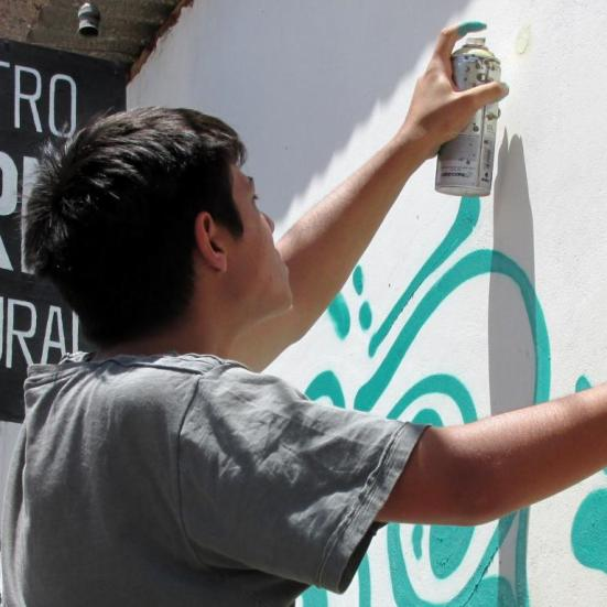 El mural consiste en un tema abstracto, con colorido básicamente verde, con un sol en la parte superior. (Foto: Pablo Harvey).