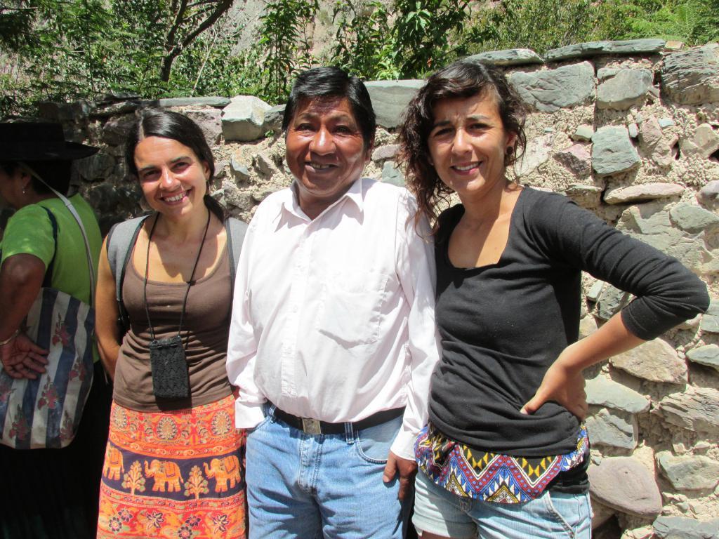 Ivana (de Unquillo, Córdoba), Pancho Caucota (de Iruya) y Malena (de Unquillo). Sonrientes en el carnaval.