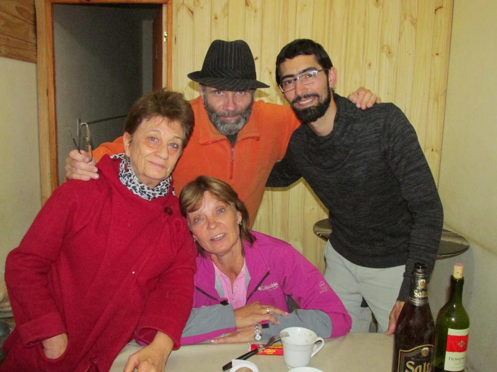 Parados: Silvia, editor Pablo Harvey, Gorka. Sentada: Betty. Compartiendo en Iruya.