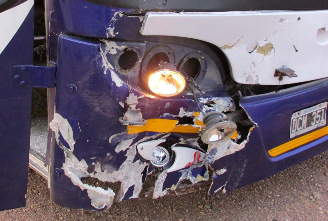 JUJUY.- Parte derecha del frente del ómnibus, patente DCM 351. (Foto: Pablo Harvey).