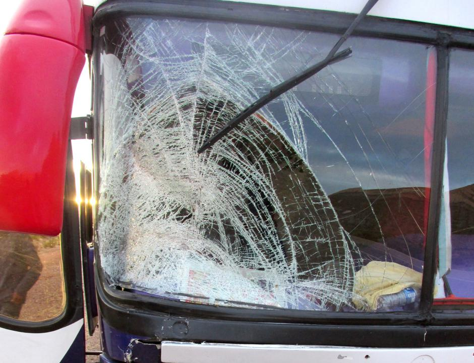 JUJUY.- El parabrisas del ómnibus luego del accidente. (Foto: Pablo Harvey).