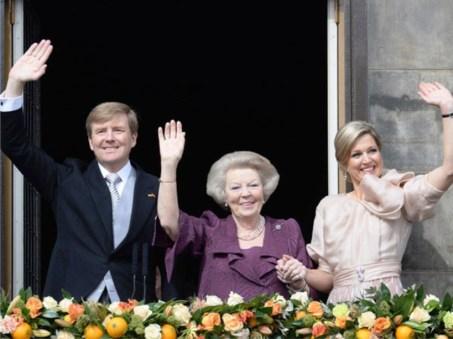 Los nuevos reyes, junto a la reina Beatriz saliente