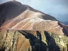 Los cerros se cubren de un manto blanco por el granizo