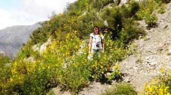 Adriana entre las hermosas flores de sunchos, en San Juan. (Foto: Pablo Harvey).