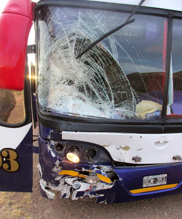 JUJUY.- Estado del frente del ómnibus de la empresa Panamericano luego del impacto. (Foto: Pablo Harvey).
