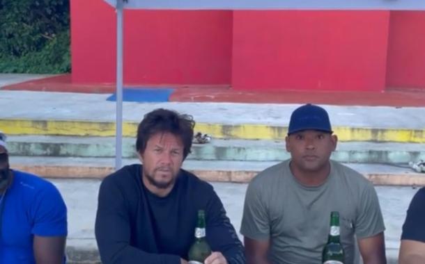 Mark Wahlberg bebiendo Presidente y rodando «Arthur the King» en la República Dominicana