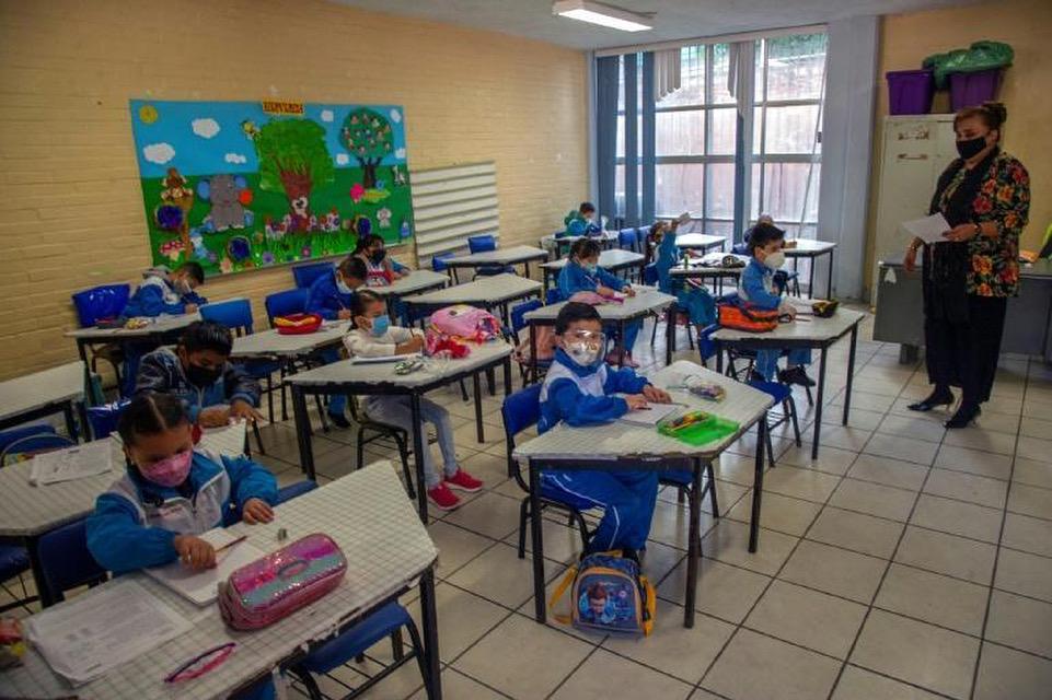 Estudiantes mexicanos vuelven a las aulas este lunes