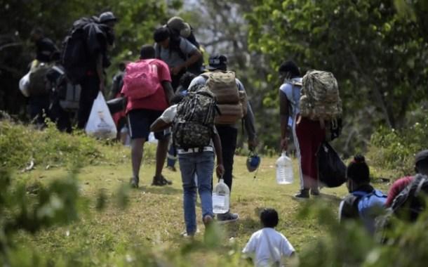 Migrantes haitianos se internan en la selva de Colombia rumbo a frontera con Panamá