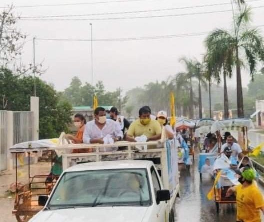#Oxkutzcab exitosa caravana bajo lluvia de Fernando Ayora y Raúl Romero