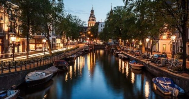 Un canale tipico della capitale olandese