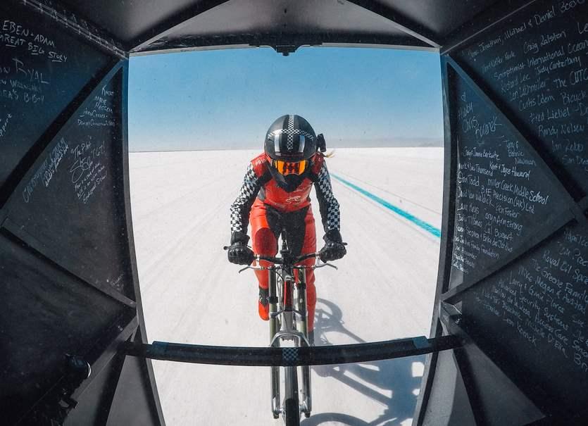 Nuovo record di velocità su bicicletta: 296 km/h registrati da una 45enne
