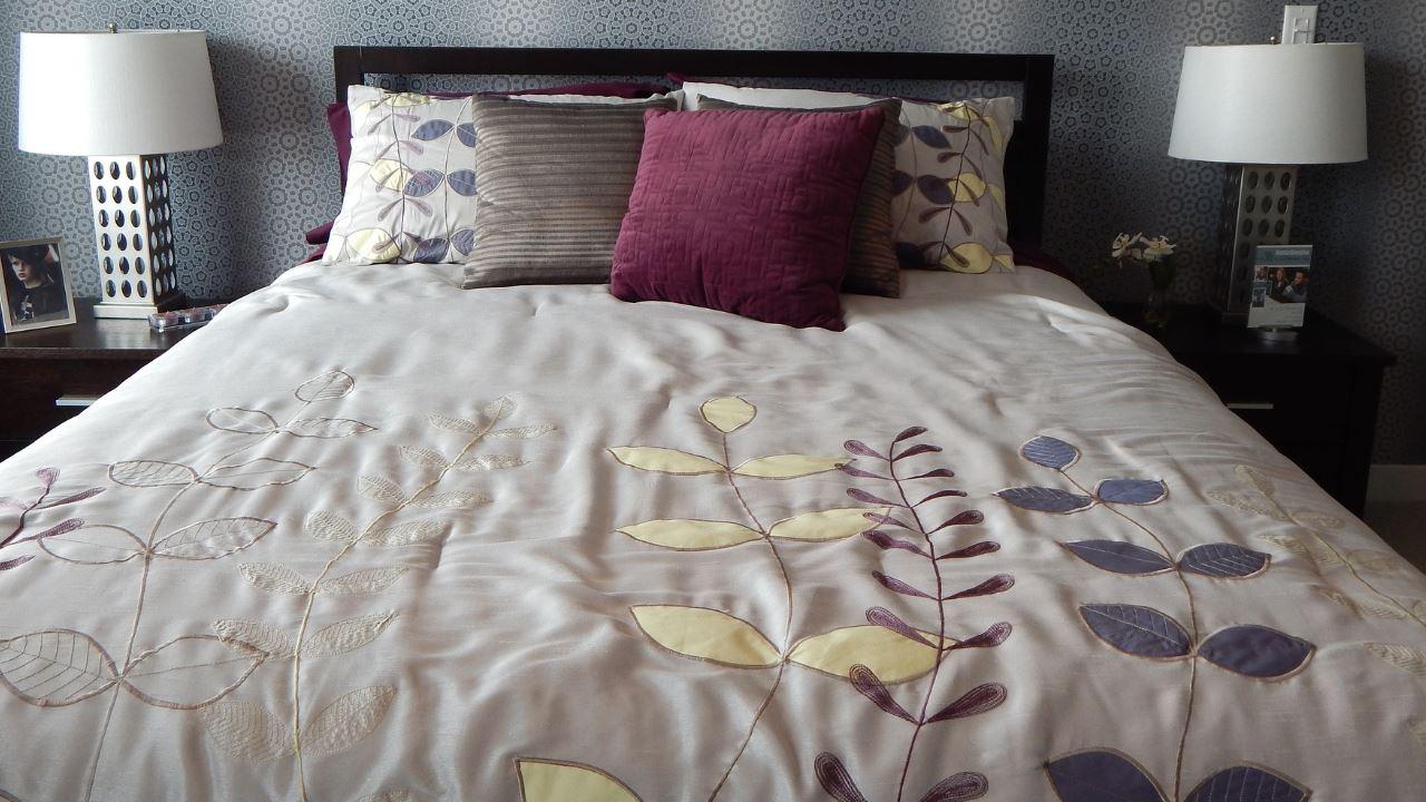 camera da letto riposo sonno dormire insonnia coperta cuscini casa coricarsi arredamento comodità-1280×720