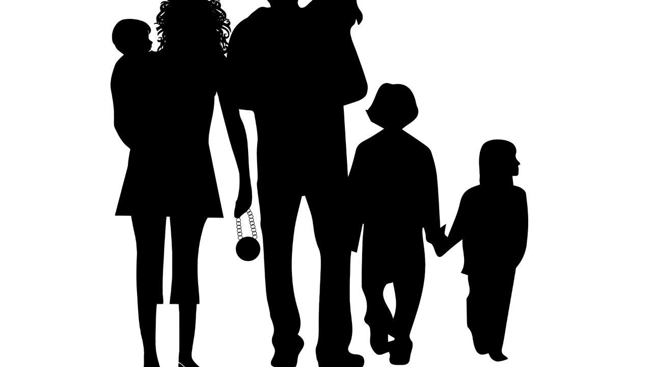 famiglia numerosa figli padre e madre genitori-1280×720