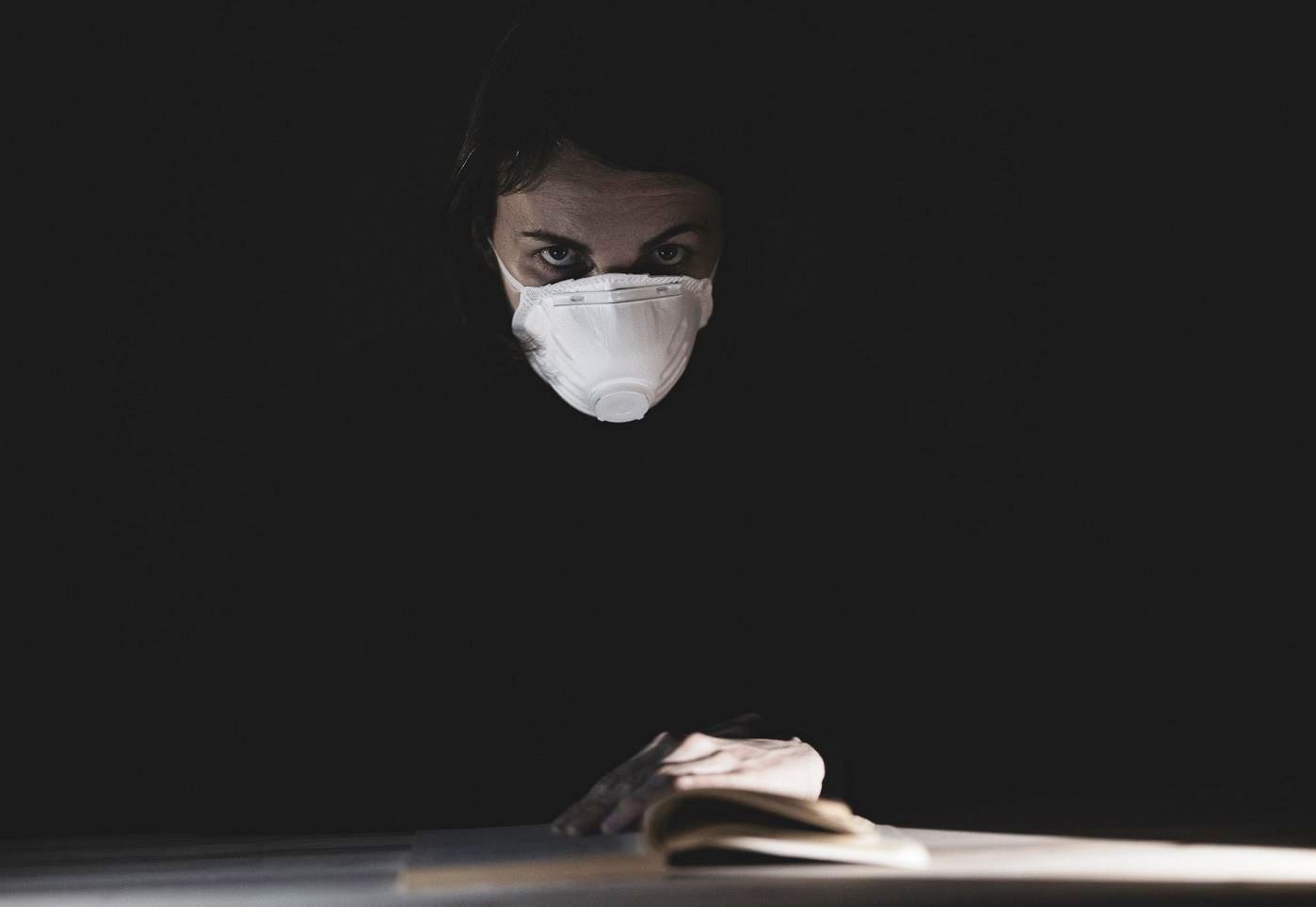 coronavirus mascherina pandemia legge libro donna preoccupata
