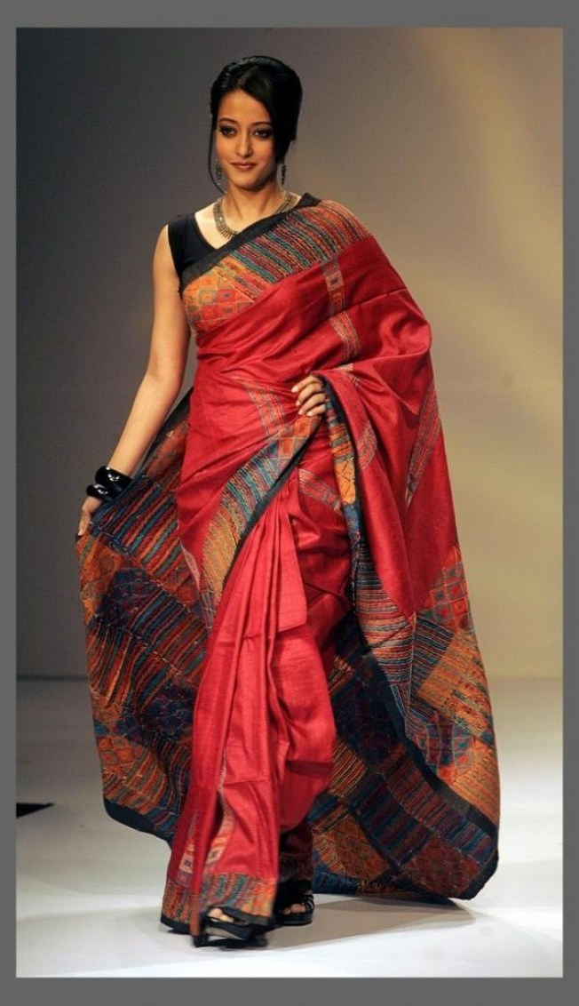 Bollywood-actress-Raima-Sen-presents-a-creation-of-various-local-weavers-during-the-Kolkata-fashion-week