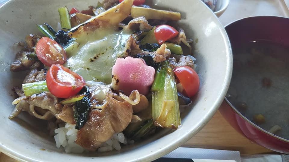 能登産の豚肉と季節の野菜たっぷりのオリジナル丼のお寺カフェ【輪島市】