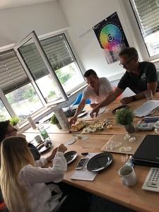NRteam beim njushi essen - NOTREAL - Digitale Kommunikation